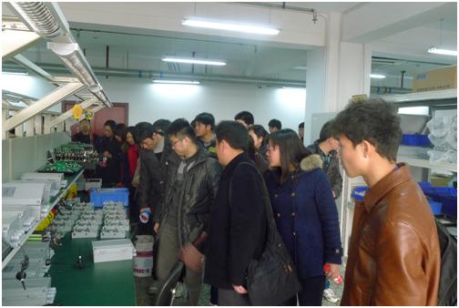 3月20日,华北水利水电学院测控技术与仪器专业师生一行40多人来我公司进行实地参观学习。公司营销中心副总监汪烈及其他相关人员热烈欢迎了他们的到来。   为了使师生们在有限时间内全面了解公司基本情况、重点产品以及生产情况,我司在北京良乡生产基地组织了一场环节紧凑、内容丰富的参观学习活动。首先公 司营销中心汪总向各位师生就公司的历史沿革、发展、理念、荣誉以及公司整个营销体系做了详细介绍,让全体师生对基康公司有了初步的理解。接着,技术工程师王吉志深入浅出的介绍了公司重点产品及其使用方法、应用行业,现场同学都